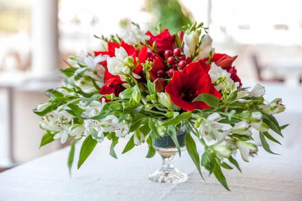 Vakre blomster og blomsterdekorasjon til bryllup
