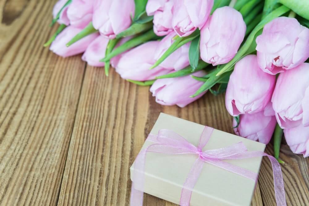 Gi blomster som gave til noen du ønsker å glede