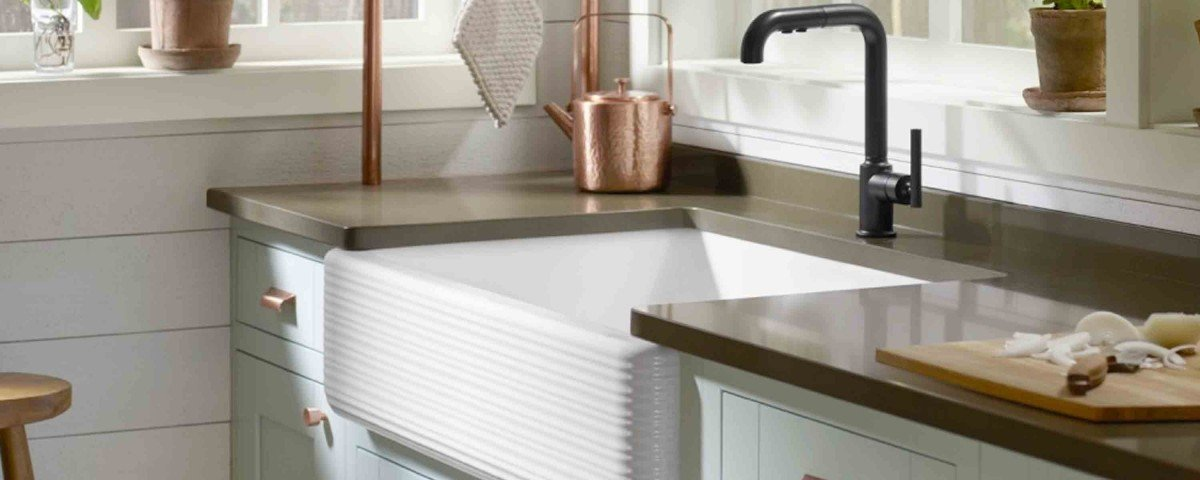 farmhouse-sink-with-brass-cabinet-hardware-and-mixed-metals
