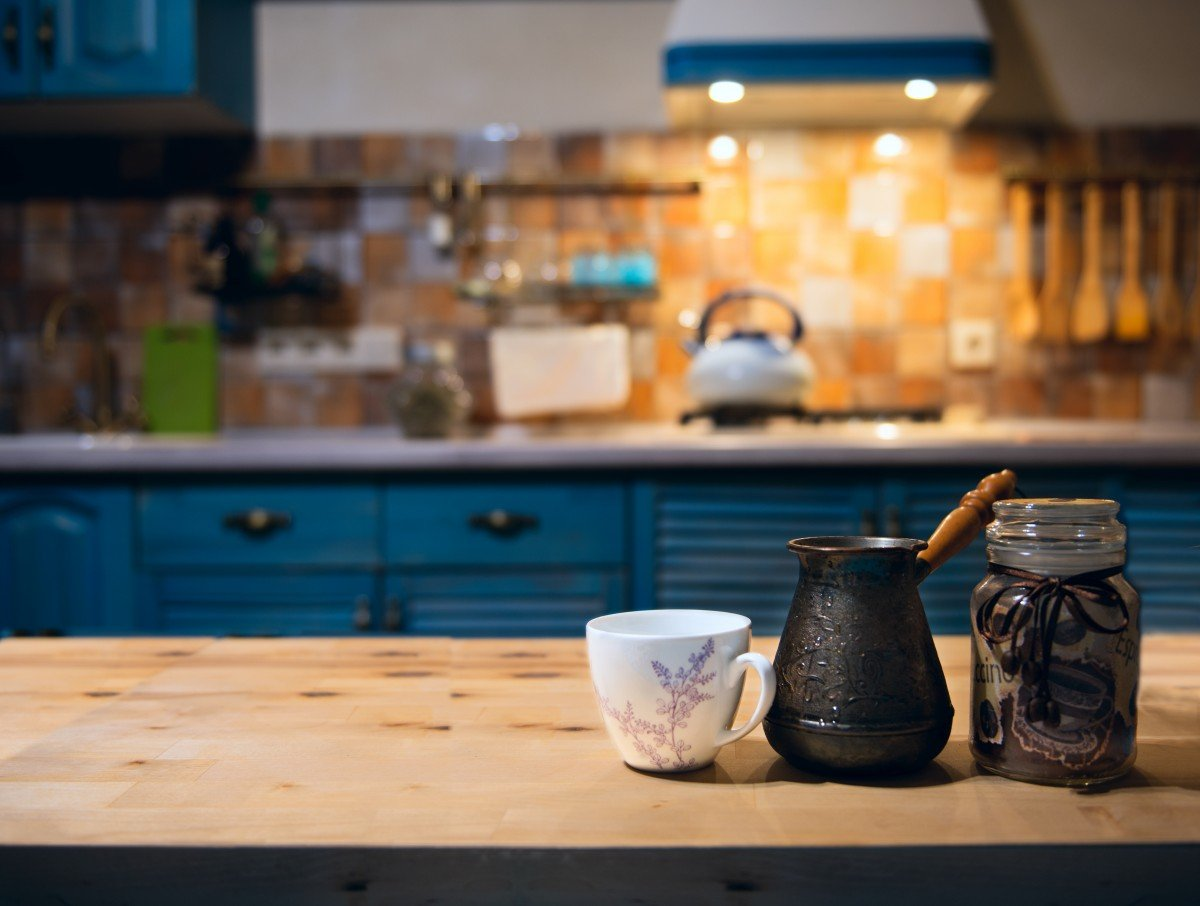 Farmhouse-kitchen-with-blue-cabinets-and-black-cup-pulls