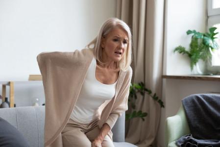 bonmedico-Frau-mit-Schmerzen-beim-Sitzen