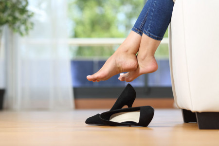 bonmedico_Müde-Beine-im-Büro_hohe-Schuhe