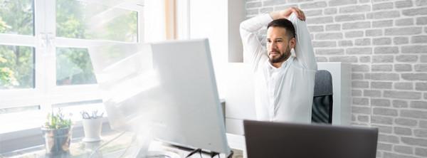 Richtig sitzen im Büro: Wie dynamisches Sitzen Rückenbeschwerden vorbeugt
