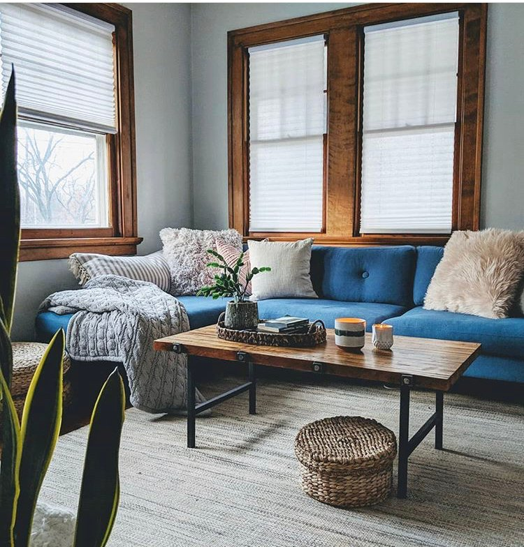 Cozy pillows and earth tones create a sense of hygge in this living space. @thegrowingcandle
