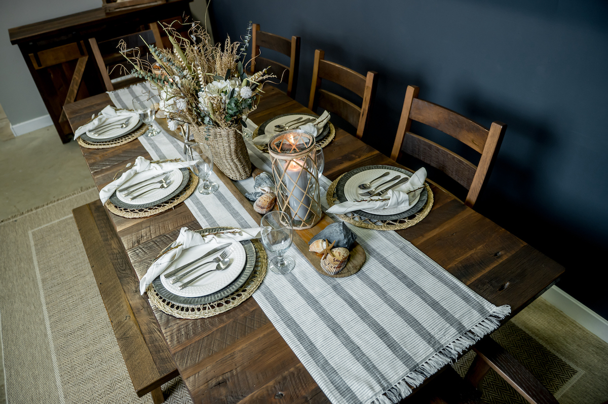 How to Decorate a Summer Table