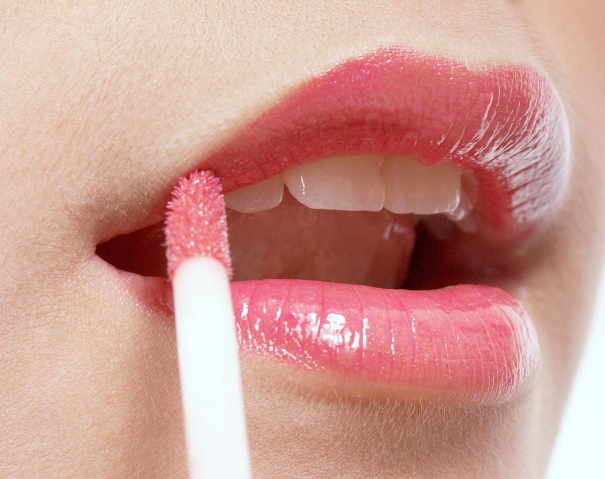 How to Apply Lip Gloss - 5 Expert Tips