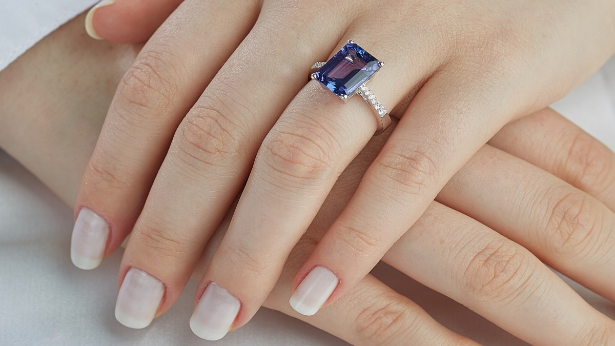 Why Should You Consider Blue Sapphire Engagement Rings?
