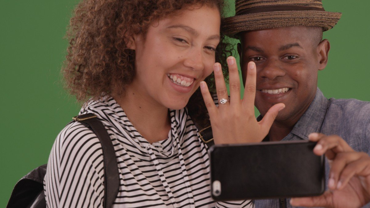 How To Take Photos Of Your Engagement Ring That Everyone will Envy