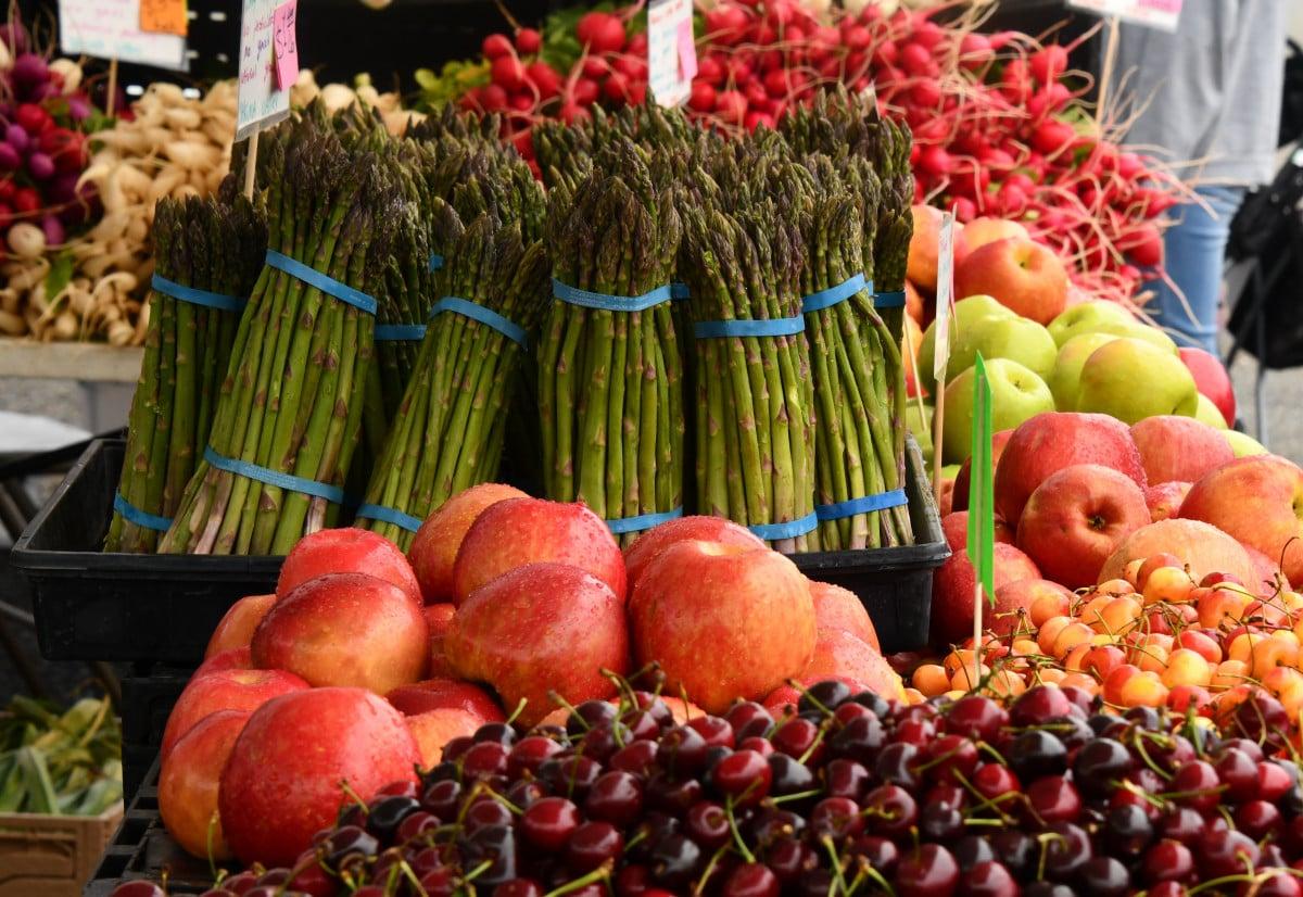 Wochenmarkt frisch Obst und Gemüse plastikfrei